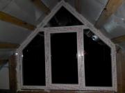 Два треугольных пластиковых окна